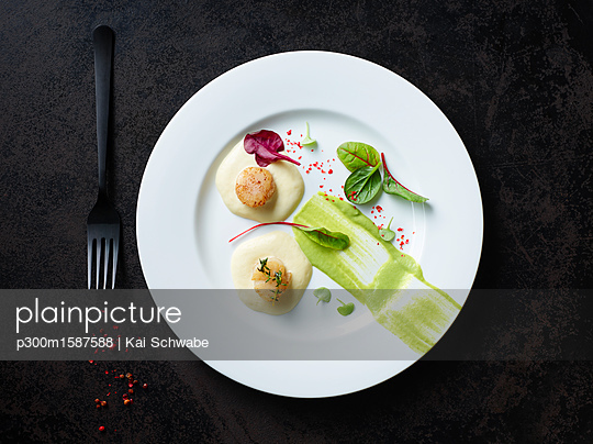 Scallops on nut butter with pea and mint puree - p300m1587588 von Kai Schwabe