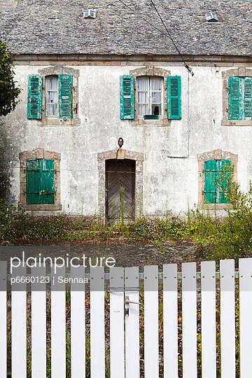 Verlassenes Haus in Lescoff - p6660123 von Sennaa