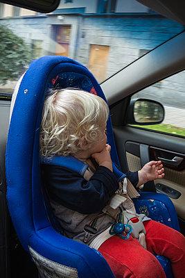 Little boy in child seat - p1418m2008126 by Jan Håkan Dahlström