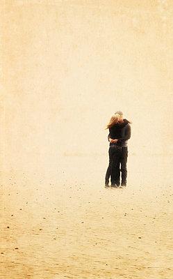 Paar am Strand - p597m793878 von Tim Robinson