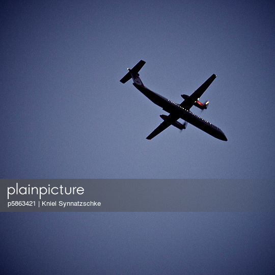 Airplane in the sky - p5863421 by Kniel Synnatzschke