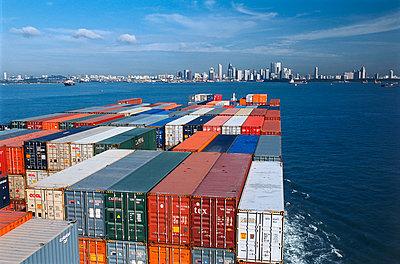 Containerschiff bei der Anfahrt in den Hafen von Singapur - p1099m1516013 von Sabine Vielmo