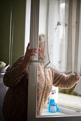 Frau beim Fensterputzen - p1509m2031748 von Romy Rolletschke