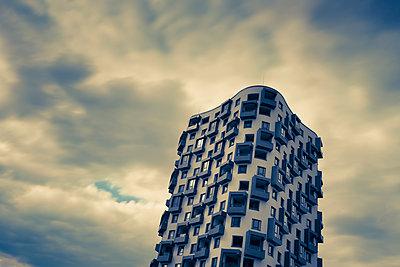 Germany, Munich, Mittersendling, modern apartment tower - p300m1460617 by Christina Falkenberg