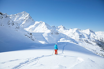 Austria, Tyrol, Kuehtai, female skier in winter landscape - p300m1587384 von Christian Vorhofer
