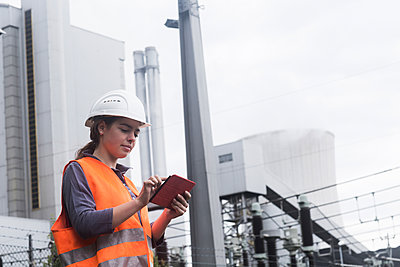 Female worker using tablet at power plant - p300m2156656 by Sigrid Gombert