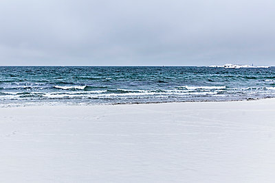 Snow at the Beach - p343m1184576 by Lucie Wicker
