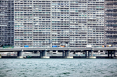 Hong Kong Island is an island in the southern part of the Hong Kong Special Administrative Region. It has a population of 1,289,500. The island had a population of 3,000 inhabitants scattered in a dozen fishing villages when it was occupied by the United  - p343m958243 von Christophe Launay