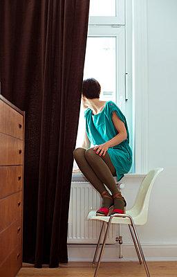 Frau am Fenster - p432m823898 von mia takahara