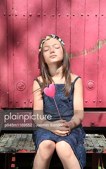 Die Sonne auf der Haut genießen - p045m1169552 von Jasmin Sander