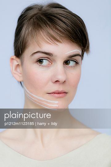 Junge Frau - weiße Streifen - p1212m1123185 von harry + lidy