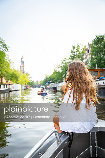 Girl on a boat in Amsterdam - p756m2122797 by Bénédicte Lassalle