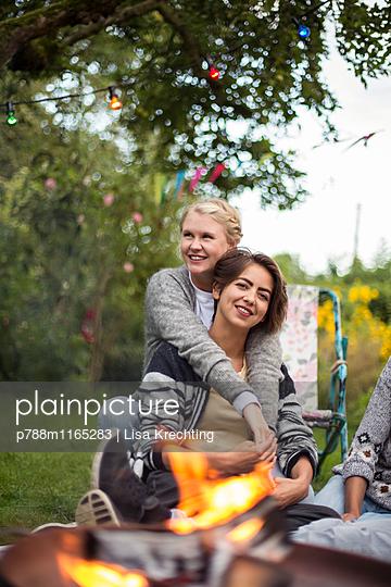Freundinnen entspannen sich im Garten - p788m1165283 von Lisa Krechting