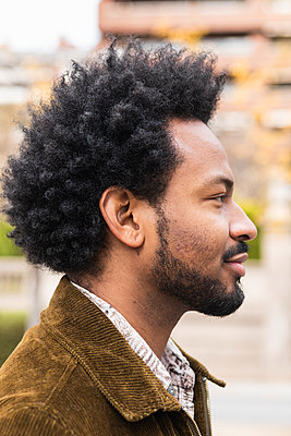 Close-up of thoughtful mid adult man with afro hair looking away - p300m2244004 by NOVELLIMAGE