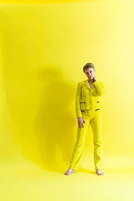 Frau in gelbem Outfit - p427m2108679 von Ralf Mohr