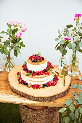 Hochzeitstorte mit Beeren  - p432m2007501 von mia takahara