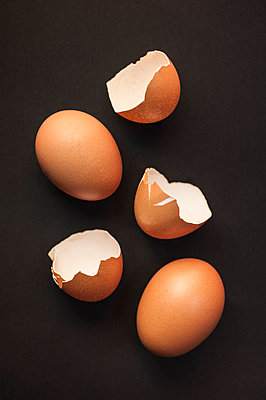 Eggs and eggshells - p971m2063683 by Reilika Landen