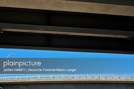 Straßenlaterne auf einer Brücke - p229m1586871 von Martin Langer