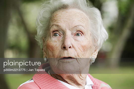 Germany, North Rhine Westphalia, Cologne, Senior woman looking away, close up - p300m2213775 by Jan Tepass