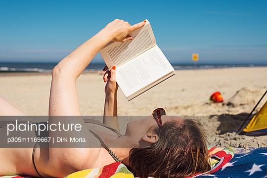 Lesen am Strand - p305m1169667 von Dirk Morla