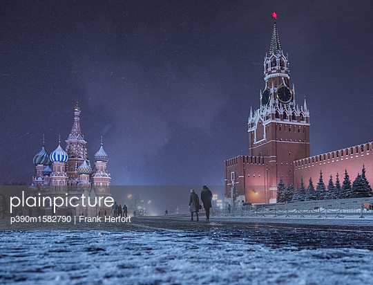 Red square with kremlin and Saint Basil's Cathedral in winter at night - p390m1582790 by Frank Herfort