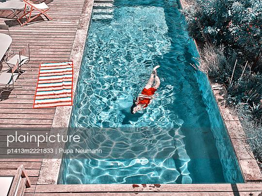 Frau im Swimmingpool - p1413m2221833 von Pupa Neumann