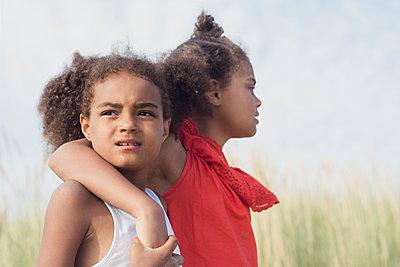 Two girls in the dunes - p1323m2015146 von Sarah Toure