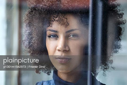 Junge Frau am Fenster - p1301m1582973 von Delia Baum