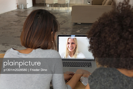 Skype - Besprechung Businessfrauen - p1301m2028580 von Delia Baum