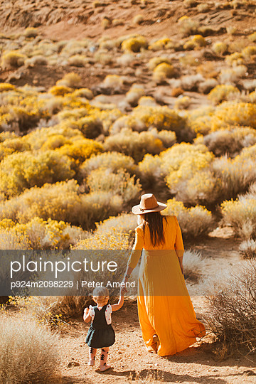 Mother and baby girl walking hand in hand, Kennedy Meadows, California, US - p924m2098229 by Peter Amend