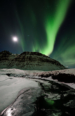 Iceland, Northen lights in the mountain - p300m1416786 by Ramon Espelt