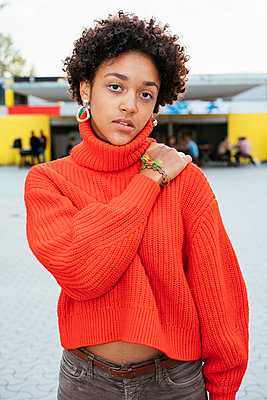 Female teenager in orange sweater - p728m2038833 by Peter Nitsch