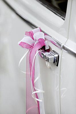 Hochzeit in weiß und rosa - p949m856259 von Frauke Schumann