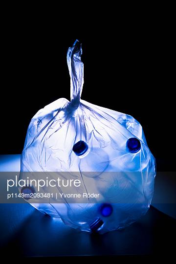 Müllbeutel mit Plastikflaschen - p1149m2093481 von Yvonne Röder