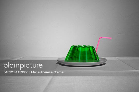 Ein grüner Wackelpudding mit Strohhalm - p1322m1159058 von Marie-Therese Cramer