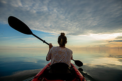 Female kayaking at Smith Island in Maryland. - p1166m2261252 by Cavan Images