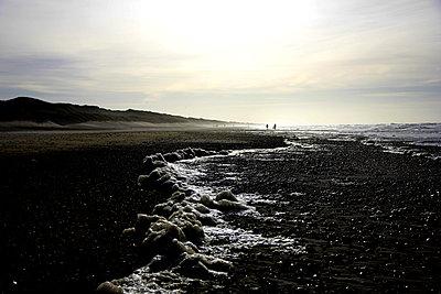 Schaum am Strand bei Ebbe - p1268m1111498 von Mastahkid