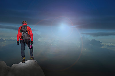 Caucasian hiker standing on mountain top - p555m1311913 by ac productions