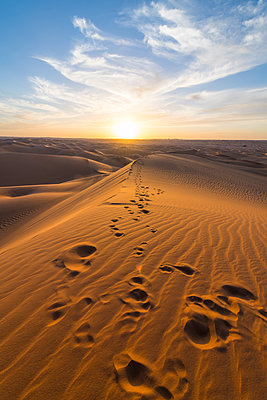Sunset in the giant sand dunes of the Sahara Desert, Timimoun, western Algeria, North Africa - p871m2101251 by Michael Runkel