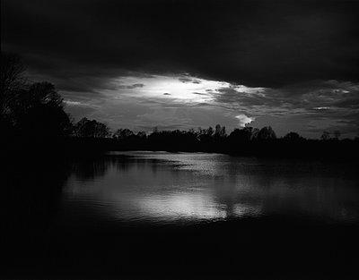 See im Dunkeln - p945m907724 von aurelia frey