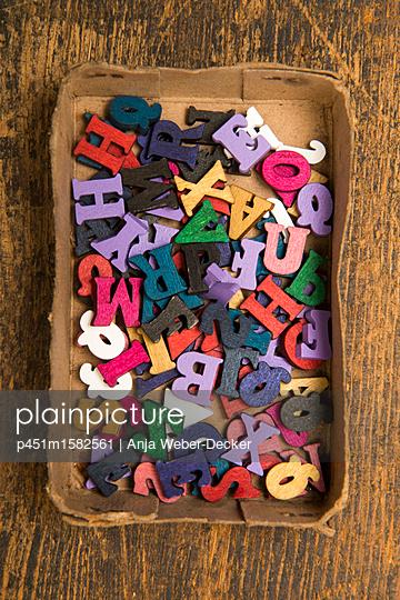 Holz ABC in alter Pappschachtel - p451m1582561 von Anja Weber-Decker