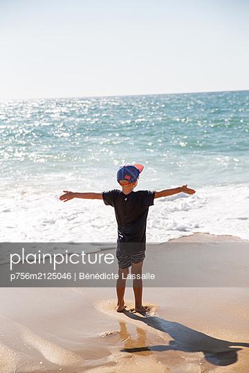 Junge am Strand - p756m2125046 von Bénédicte Lassalle