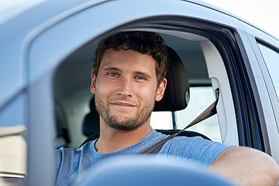 Young man in car, portrait - p1124m1510923 by Willing-Holtz