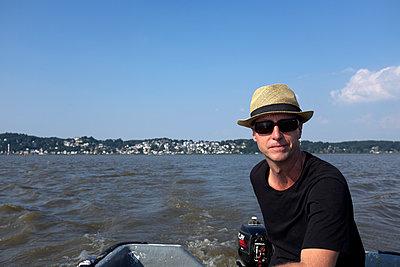 Mann im Boot auf der Elbe - p116m2015420 von Gianna Schade