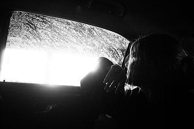 Ins Licht schauen - p858m1091407 von Lucja Romanowska