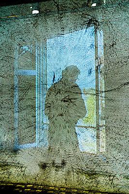 Silhouette eines Mannes - p979m1513296 von Martin Kosa