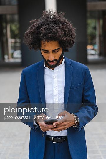 Barcelona, Spain.Young business afroamerican man outdoors. Business man, young, work, office, job, commute - p300m2287231 von VITTA GALLERY