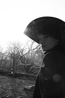 Frau mit Hut in Sonne - p258m899028 von Katarzyna Sonnewend