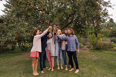 Friends in the allotment garden - p788m2037416 by Lisa Krechting