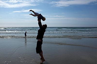 Familie am Strand - p116m1586221 von Gianna Schade